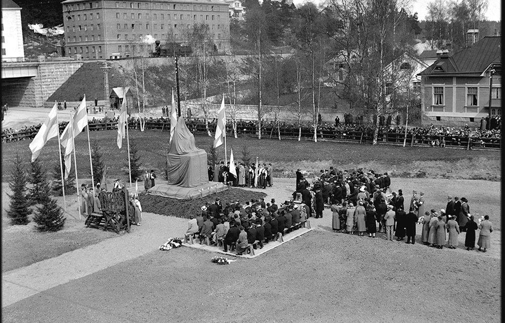 Muistoksi patsas ja puisto