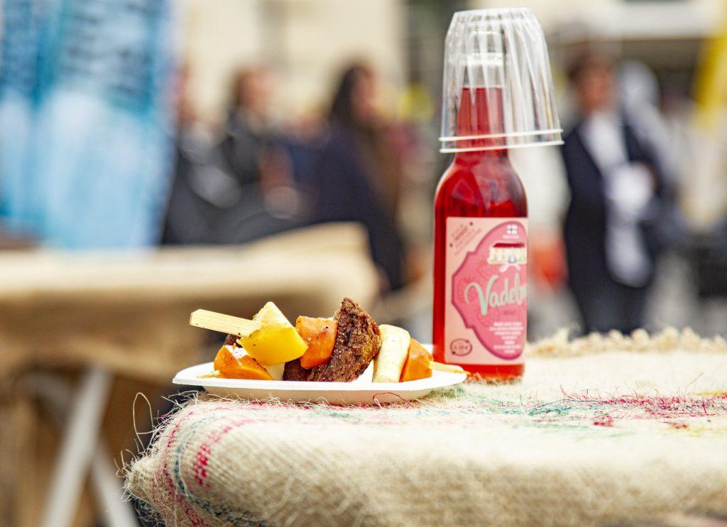 Ruoka-annos ja punainen juoma tarjolla pienellä pöydällä