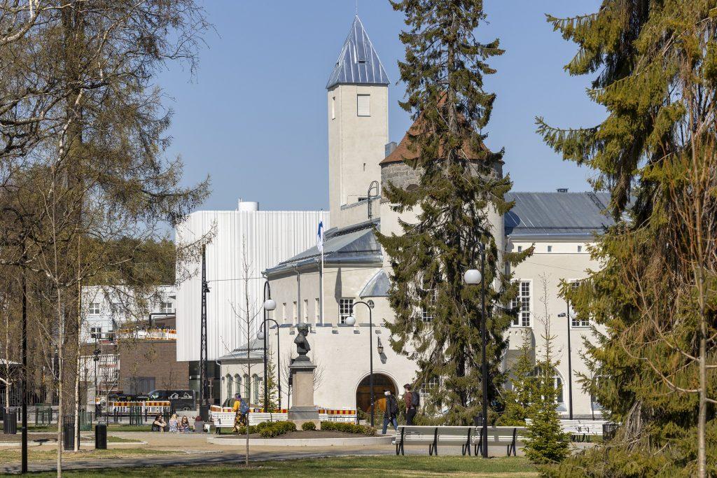 Keväinen Snellmanin puisto, Kuopion museon rakennus ja valkoinen Kantti-rakennus, joka yhdistää museon ja kirjaston.