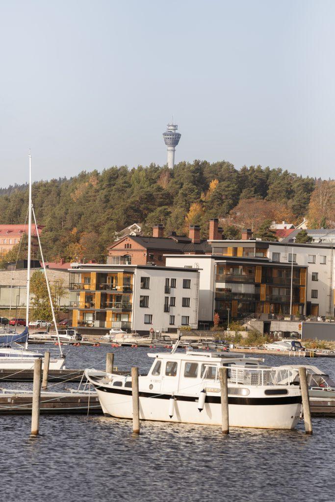 Kesäinen kuva veneistä satamassa, taustalla näkyy Puijo ja puijon torni